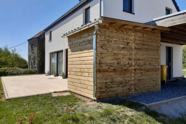Petit abri en bois accolé à la terrasse réalisé à Jalhay