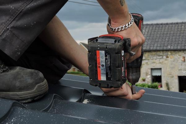 La fixation de la toiture sur notre atelier de Olne.
