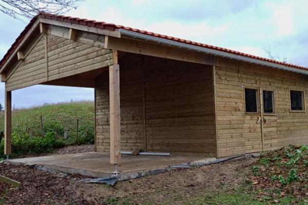 Grand garage-atelier en bois réalisé à Orp-Jauche